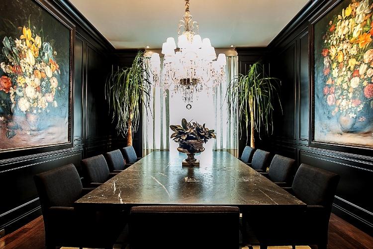 Ivan Wodzinsky projetou o Salão de Jantar para a 19ª edição da Casa Cor Paraná. No espaço, as boiseries - em alto e baixo relevo e laqueadas em preto fosco - foram aplicada às paredes e enfatizam o teor clássico da ambientação