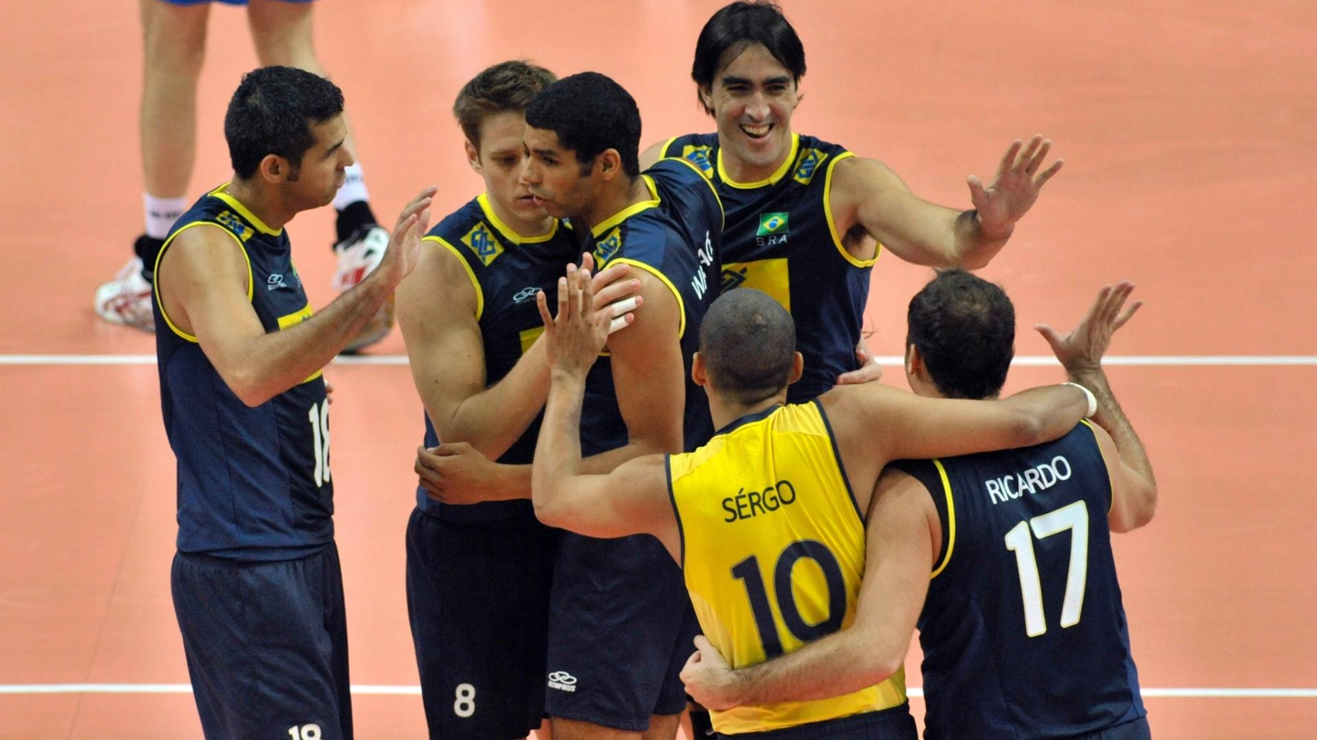 Jogadores brasileiros comemoram ponto durante a fácil vitória contra a Finlândia, na Polônia