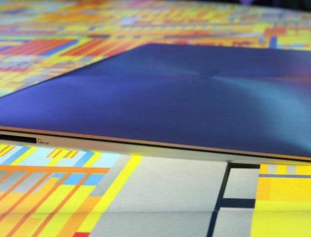13.jan.2012 - Entre os vários modelos apresentados, o Asus Zenbook UX31 foi um dos que mais chamou a atenção, pois é o ultrabook mais fino do mundo. Na parte mais grossa (perto da bateria), ele tem 9 milímetros de espessura. Já na parte mais fina (perto da parte de cima da tela), ele são 3 milímetros. O computador pesa 1,3 kg e, nos testes do UOL Tecnologia, inicializou o Windows em cerca de 16 segundos