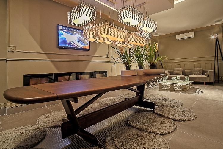 Lounge criado pelo decorador Lupercio Manoel e Souza. Objetos e móveis feitos à partir da reciclagem de materiais e molduras aplicadas às paredes são destaques