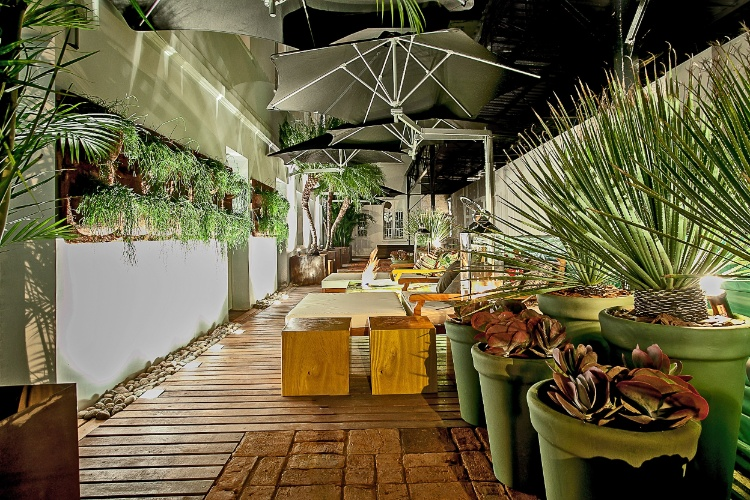 O ambiente de 70m², Jardim Alameda das Palmeiras, leva a assinatura do arquiteto e paisagista Marcelo Calixto. A arquitetura paisagística da cidade de Buenos Aires foi uma das inspirações para a concepção do espaço