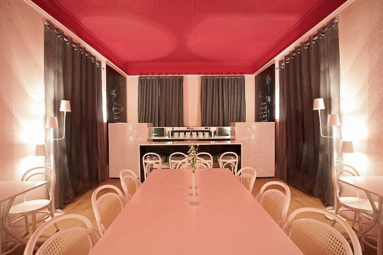 O arquiteto André Largura e a designer Giovana Kimak criaram o Café Picnic Style, que leva cores rosadas (e doces), texturas rendadas e tecidos encorpados, além do padrão do xadrez Vichy