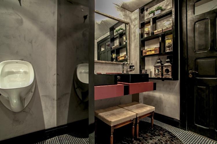 O Toilette Social Masculino, da 19ª Casa Cor PR, foi projetado pelas arquitetas Andrea Beatriz Welter e Michelle Felicetti Moreira e pelo engenheiro civil Kirke Andrew Wrubel Moreira. O ambiente mede 8,35 m² e preservou elementos originais da casa como as portas e janelas
