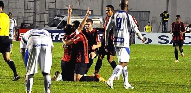 Paulo Baier, com os braços levantados, comemora gol do Atlético-PR contra o Barueri (01/06/2012)