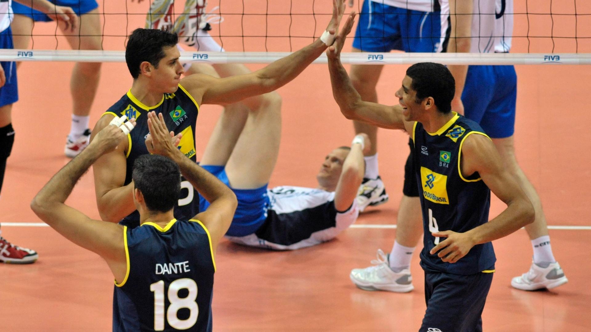 Sidão, Dante e Wallace comemoram ponto do Brasil no duelo contra a Finlândia, em Katowice, na Polônia