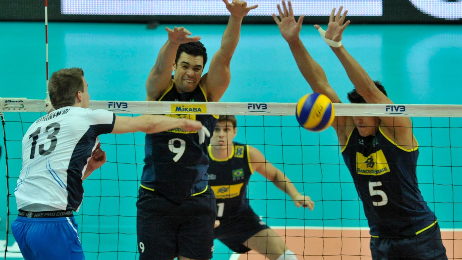 Theo e Sidão bloqueiam o ataque de Mikko Oivanen durante a vitória por 3 sets a 0 do Brasil sobre a Finlândia