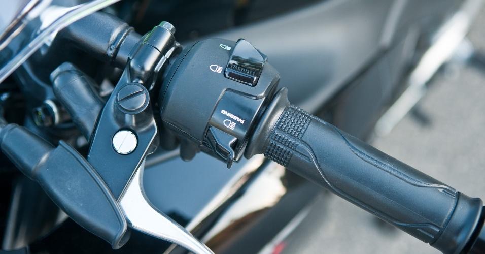 Um dos diferenciais da Honda CBR 250R é o lampejador de farol alto