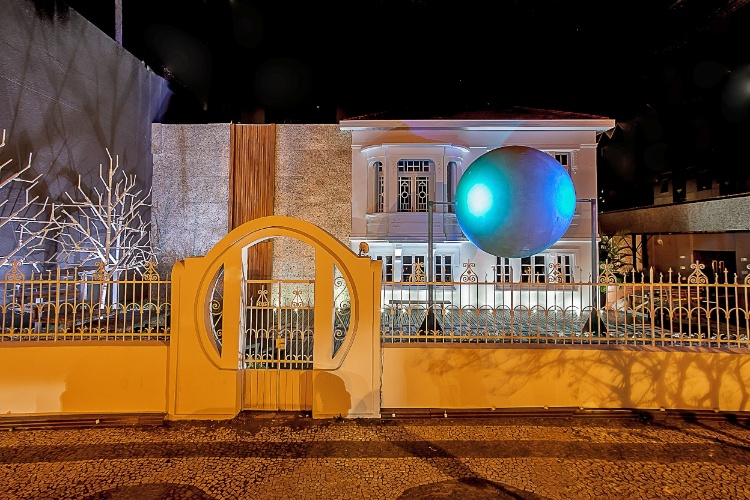 Wilson Pinto - arquiteto, urbanista e paisagista - é o responsável pelos 180 m² da Fachada, Luminotécnica e Praça Casa Cor, na 19ª edição da Casa Cor PR. O projeto multicolorido é inspirado nos poloneses e ambientado com elementos primários, confortáveis bancos e iluminação interativa