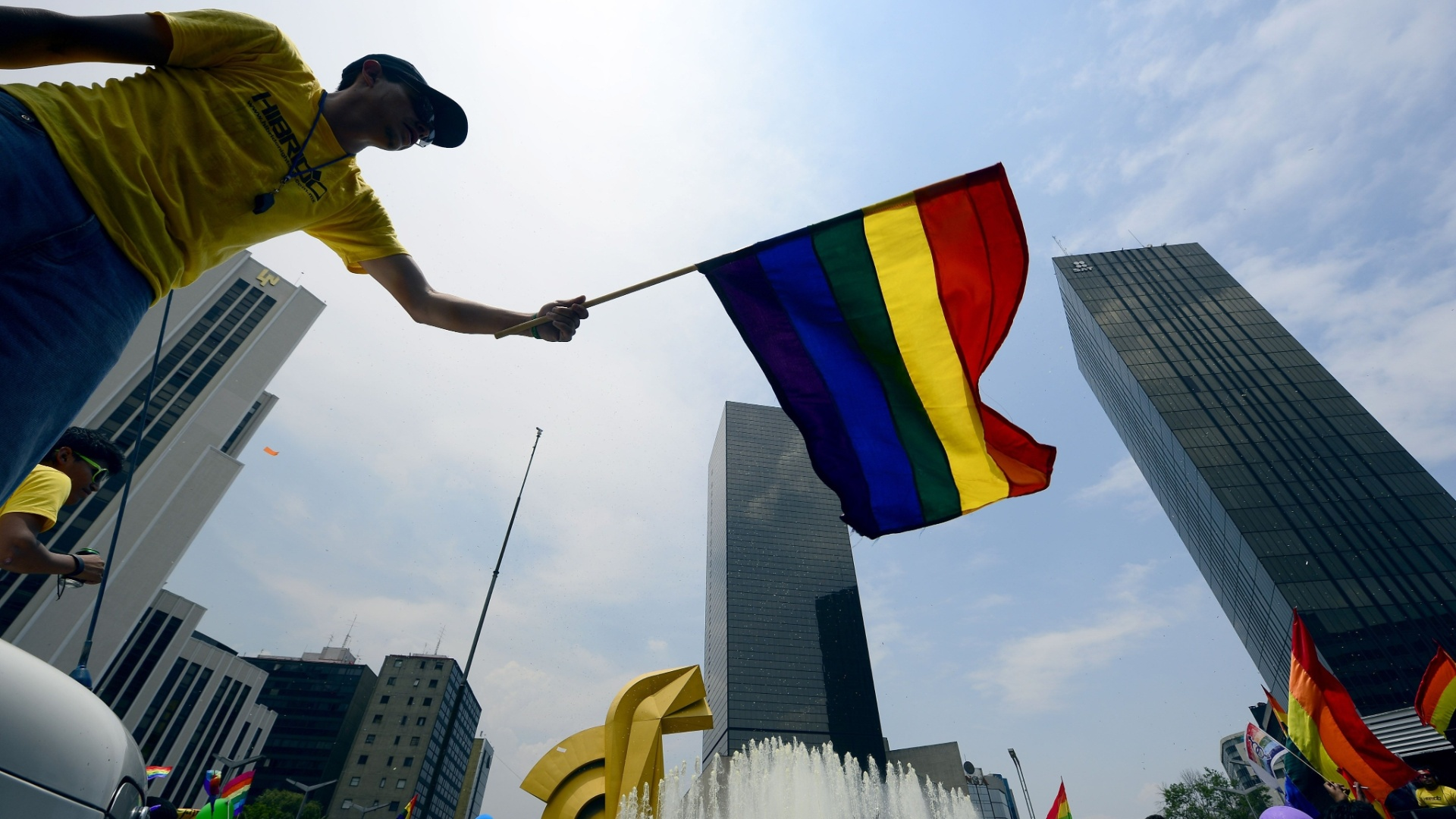 2.jun.2012 - Homem segura bandeira smbolo do movimento gay no mundo, durante parada do orgulho GLBT na Cidade do Mxico 