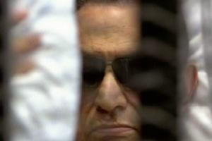 Imagem da TV estatal mostra Mubarak, de óculos escuros, sentado dentro de uma jaula durante seu julgamento. O ex-presidente egípcio ouviu impassível a sentença que o condenou à prisão perpétua