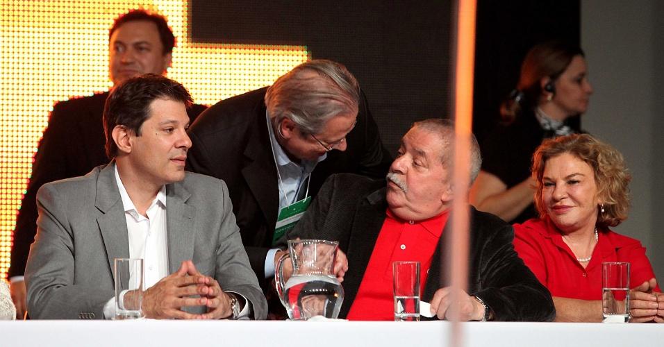 2.mai.2012 - Ex-presidente Luiz Inácio Lula da Silva conversa com José Dirceu durante ato de lançamento da campanha de Fernando Haddad (PT) à Prefeitura de São Paulo. O reuniu vários ministros do governo Dilma, além de vários políticos envolvidos no escândalo do mensalão, como o próprio Jose Dirceu e o José Genuíno