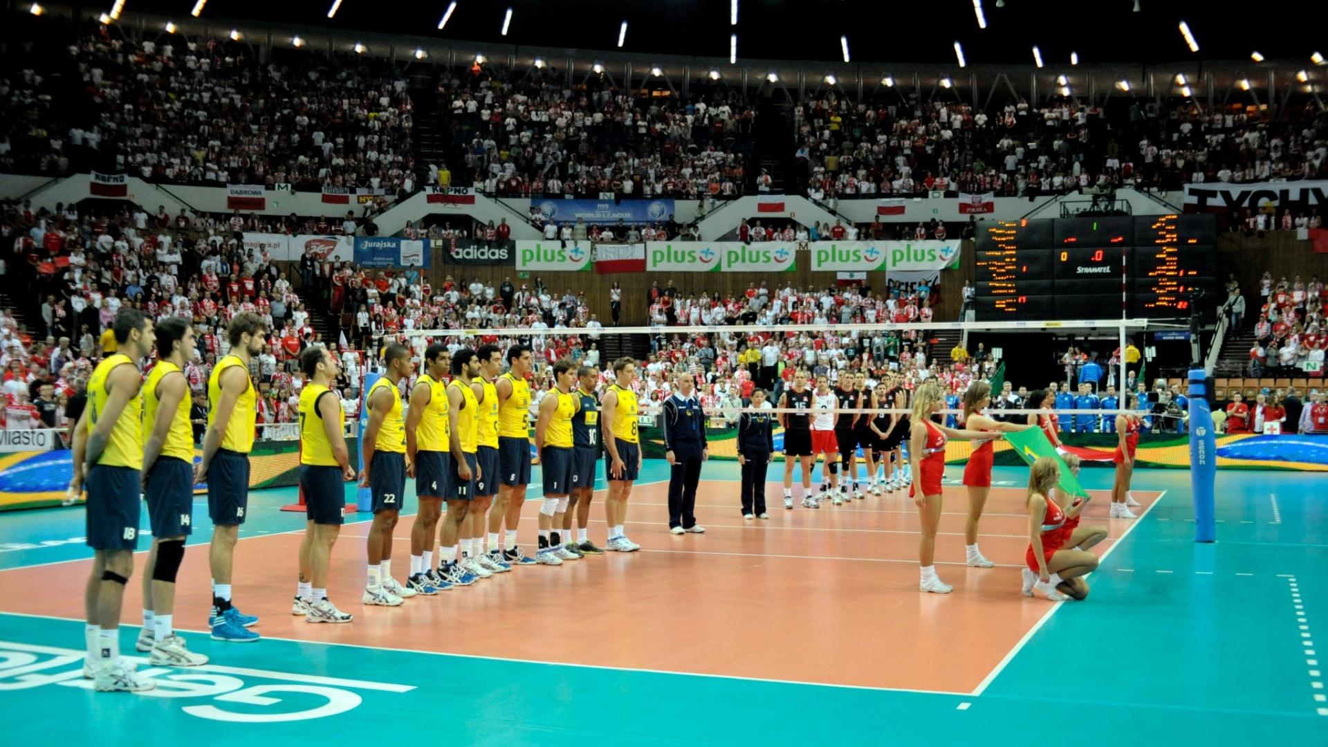 Brasileiros e canadenses perfilados para o hino antes do início de jogo pela Liga Mundial