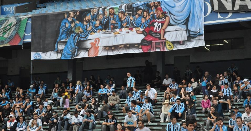 Faixa chamando Ronaldinho de Judas voltou a ser exposta no Olímpico (02/06/2012)