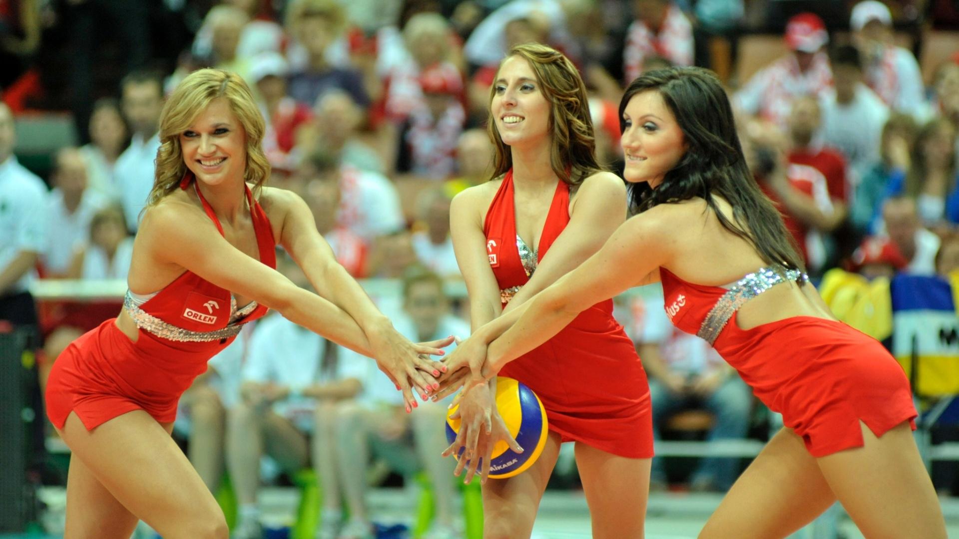 Garotas embelezam intervalo do jogo Brasil x Canadá, na Polônia