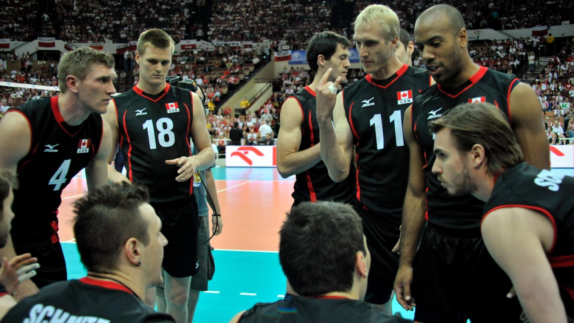 Jogadores do Canadá conversam no banco antes do início da partida