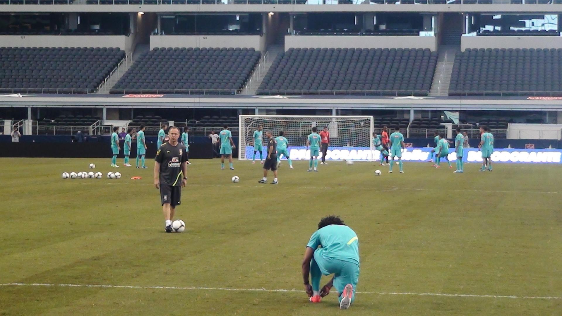 Mano Menezes orienta Marcelo durante treino da seleção em Dallas