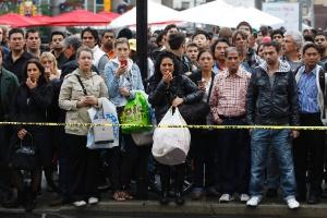 Pessoas observam do lado de foram de shopping centre em Toronto, no Canadá, onde houve um tiroteio