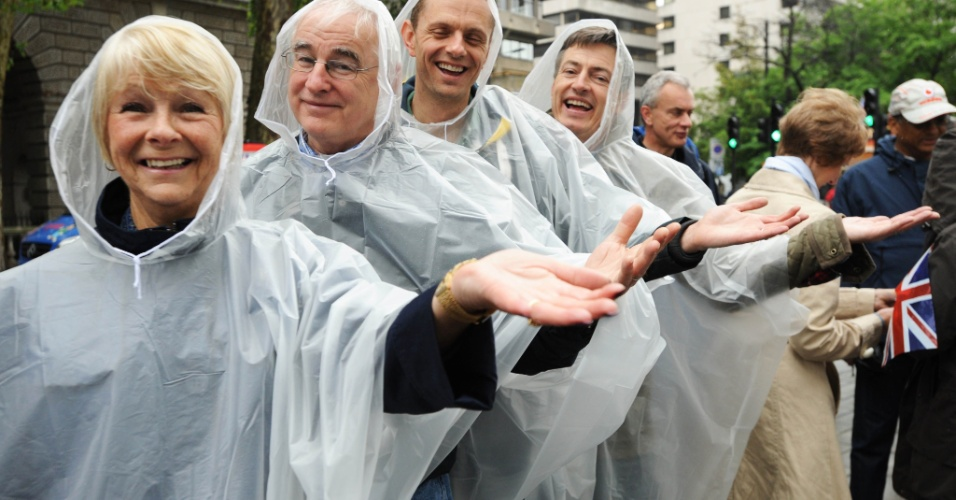 3.jun.2012 - Nem mesmo a chuva impediu os ingleses de assistirem ao desfile de aproximadamente 1.000 barcos no rio T&#226;misa, em Londres, no segundo dia de homenagens ao Jubileu de Diamante da rainha Elizabeth 2&#170;