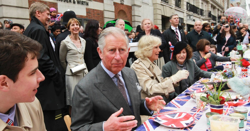 3.jun.2012 - Pr&#237;ncipe Charles, acompanhado de sua mulher Camilla, participa de uma festa de rua em Piccadilly, no centro de Londres, em homenagem ao Jubileu de Diamante da rainha Elizabeth 2&#170;