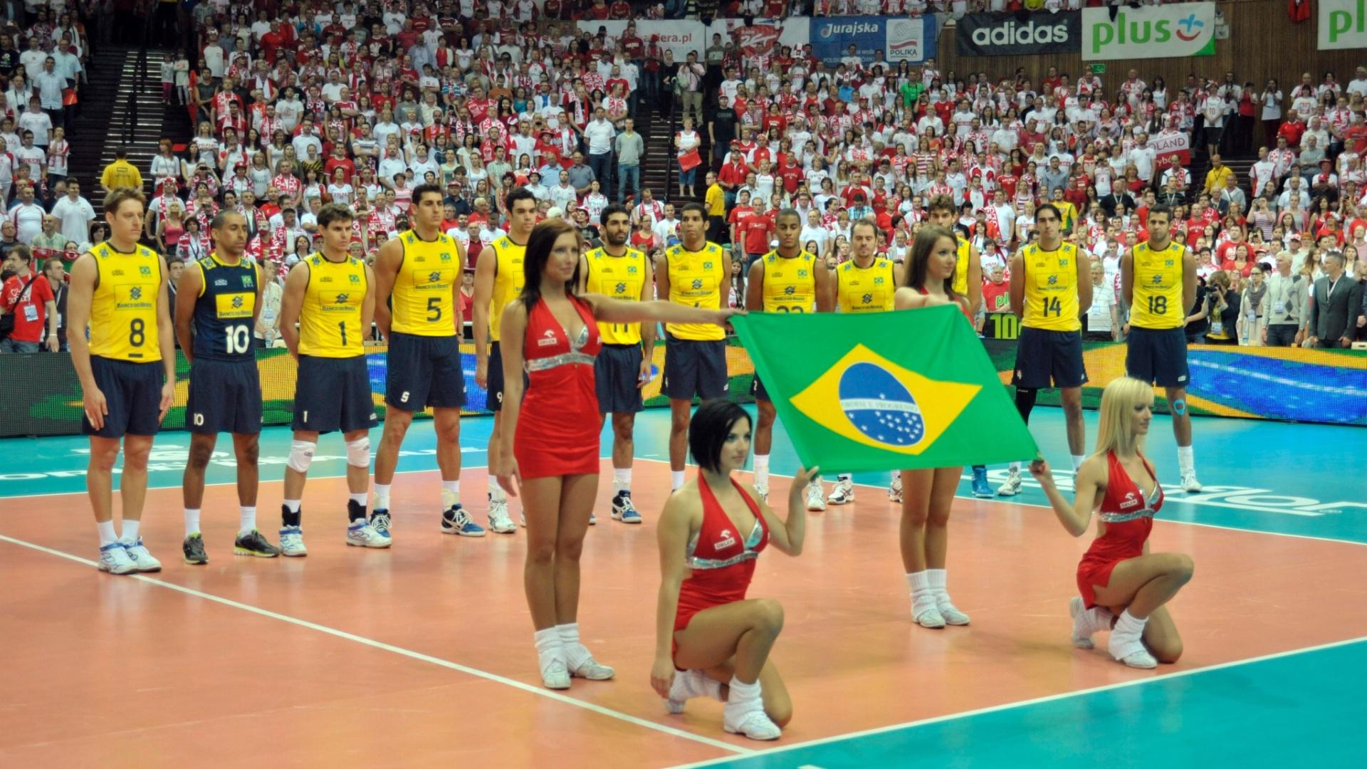 Brasileiros alinhados antes do início do jogo contra a Polônia pela Liga Mundial de vôlei