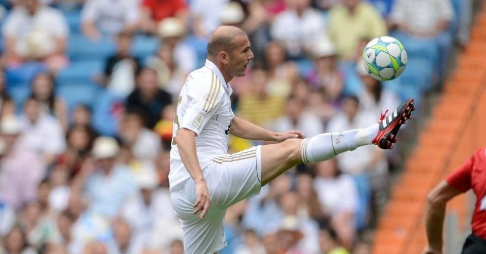 Ex-meia do Real Madrid, Zinedine Zidane mostra que não perdeu a categoria para dominar a bola depois que deixou os gramados