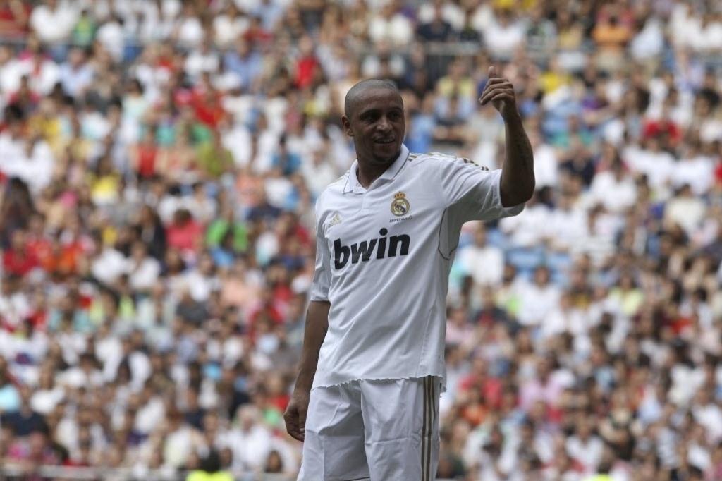 Lateral esquerdo brasileiro Roberto Carlos, hoje no futebol russo, atuou pelo Real Madrid, sua ex-equipe, no amistoso contra o Manchester United