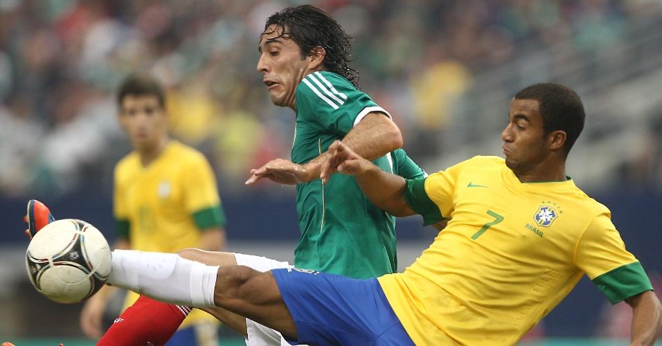 Lucas, que entrou no segundo tempo, tenta dominar a bola no amistoso do Brasil contra o México