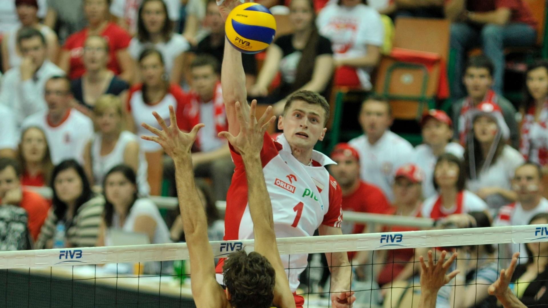 Lucas tenta bloquear ataque da Polônia em jogo da Liga