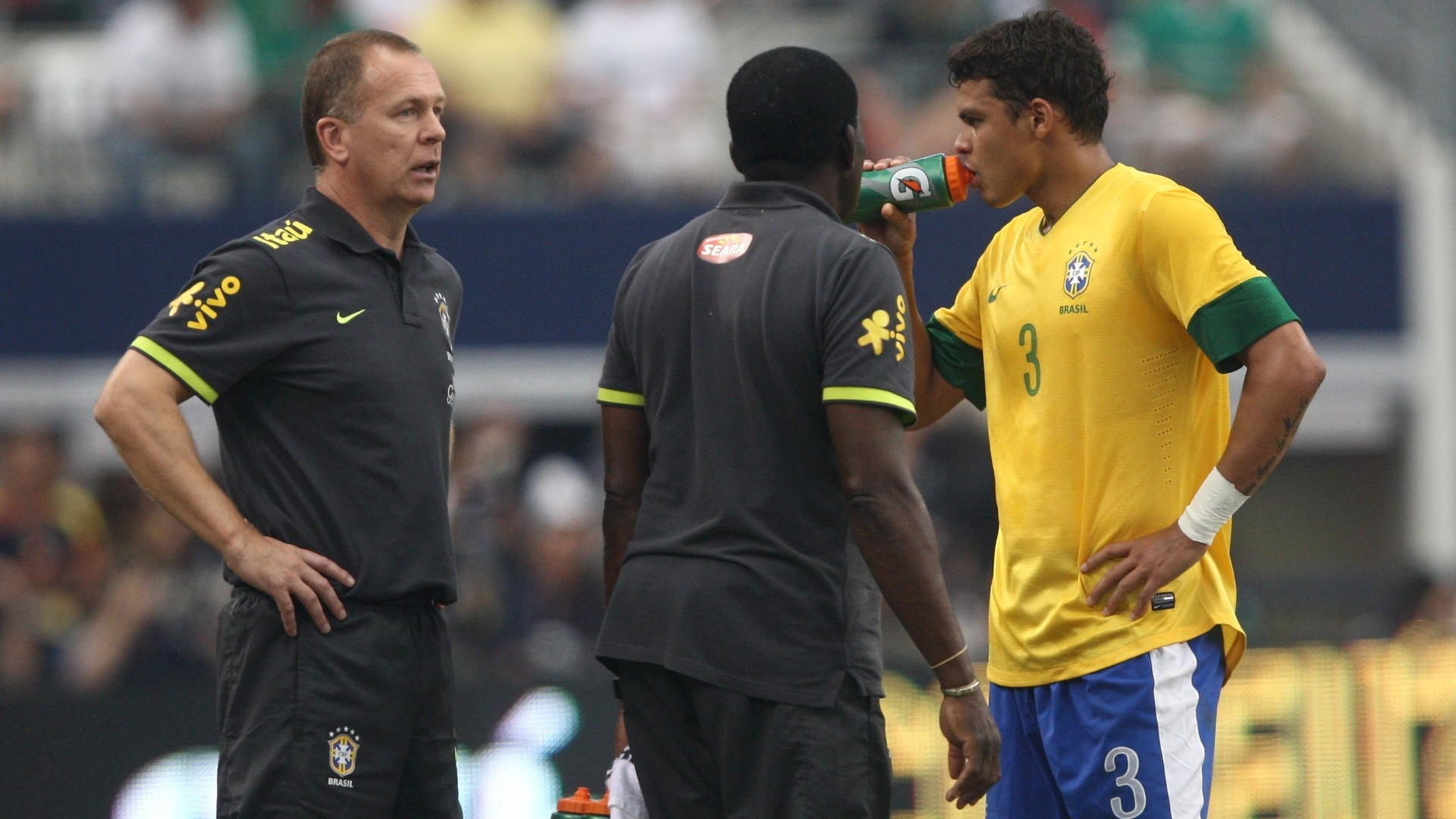 Mano Menezes orienta Thiago Silva no jogo contra o México. Zagueiro deixou a partida machucado