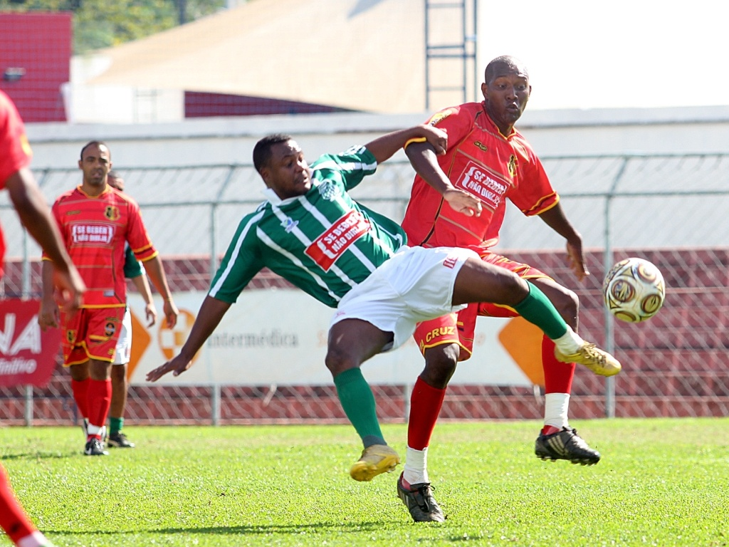 O Santa Cruz (vermelho) goleou o Juventude (verde) por 5 a 2 e segue invicto na Copa Kaiser