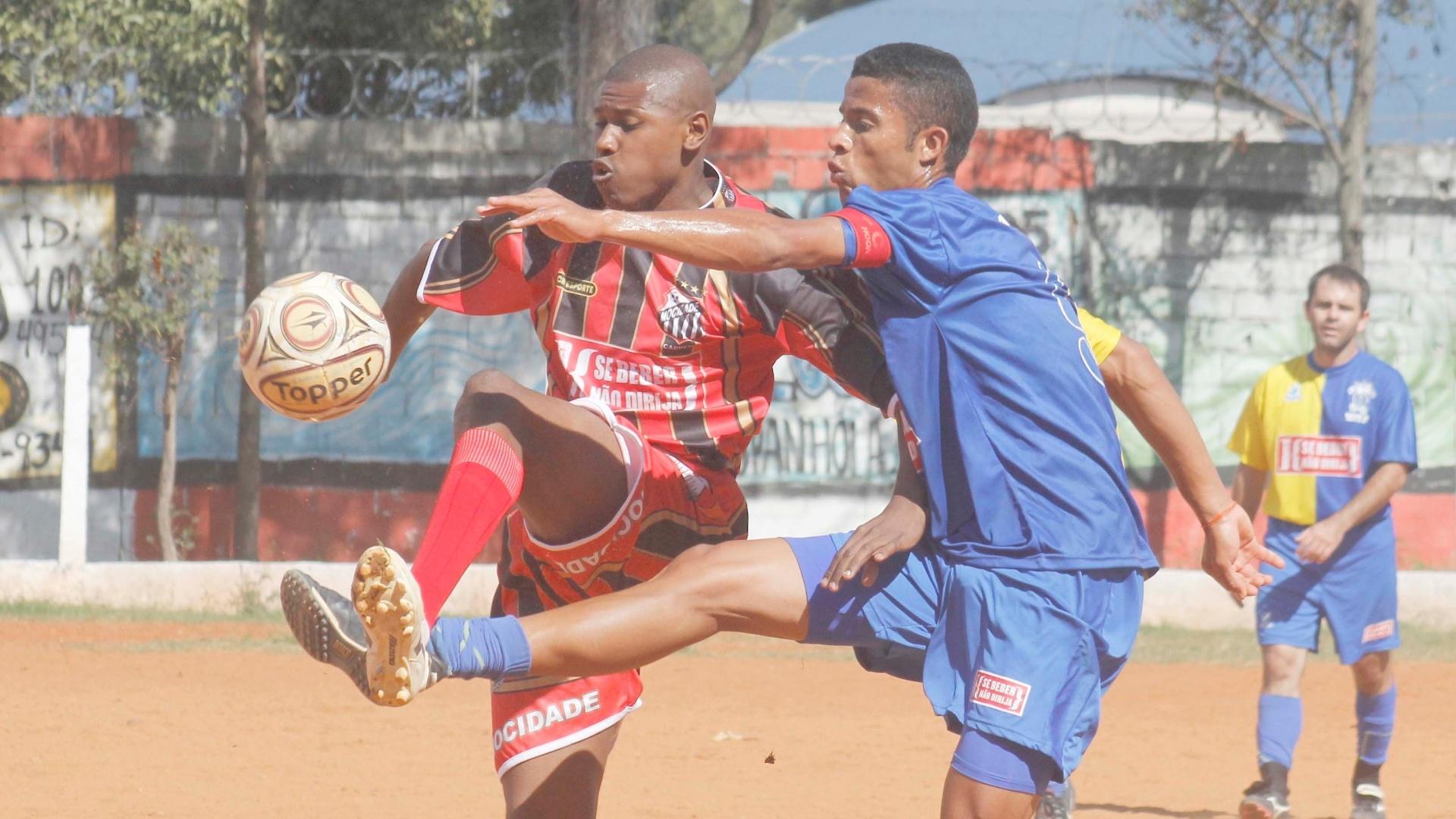 O terrão do Flamengo de Vila Maria dificultou a visibilidade no jogo de Mocidade Cabucu (vermelho) 2 X 1 Só Embaça (azul)