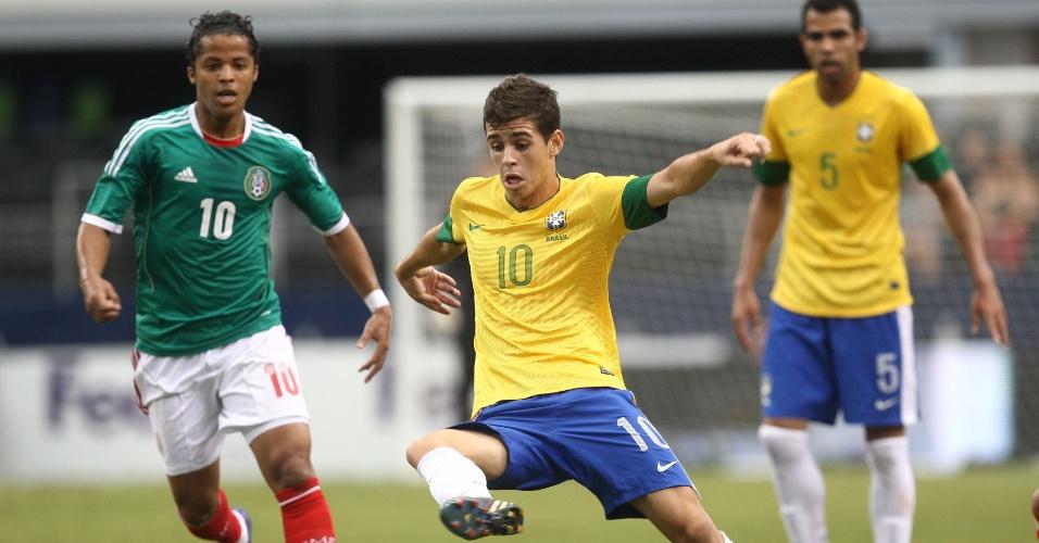 Oscar, meia da seleção brasileira, tenta a jogada durante partida contra o México