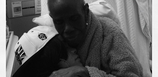 Rihanna postou no Twitter uma foto com a avó, que está internada devido a complicações de um câncer.
