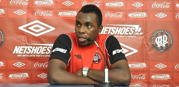 Zagueiro Manoel, do Atlético-PR, fala após vitória sobre o Barueri (01/06/2012)