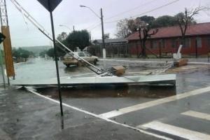 04.jun.2012 - A chuva forte causou destruição em Pinhão, no Paraná, nesta segunda-feira (4). Na cidade, 67 casas foram danificadas e 193 pessoas afetadas