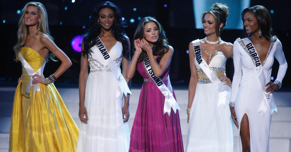 04.jun.2012 - A Miss Rhode Island, Olivia Culpo (centro), arruma brinco pouco antes do an&#250;ncio do Top 5 do Miss Estados Unidos 2012, em Las Vegas. A bela venceu o concurso