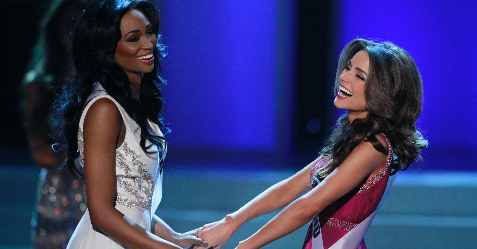 04.jun.2012 - A Miss Rhode Island, Olivia Culpo (dir.), aguarda ao lado da Miss Maryland, Nana Meriwether, o an&#250;ncio da vencedora do Miss EUA 2012. Olivia venceu o certame, em Las Vegas, e vai disputar o Miss Universo em dezembro