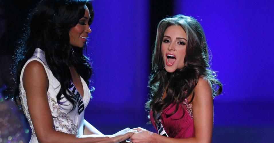 04.jun.2012 - A Miss Rhode Island, Olivia Culpo (dir.), recebe ao lado da Miss Maryland, Nana Meriwether, o an&#250;ncio de que vencera o Miss EUA 2012, em Las Vegas