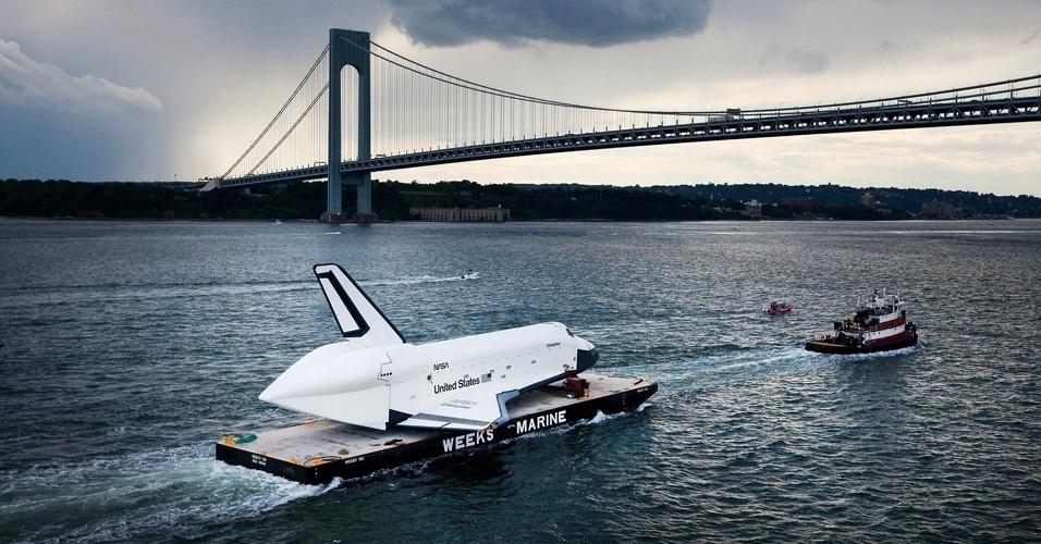 04.jun.2012 - A réplica do ônibus espacial Enterprise é transportada em uma balsa até o museu Interprid, em Nova York. Ele ficará em exposição permanente no local, que era um porta-aviões da Marinha e foi transformado em museu flutuante