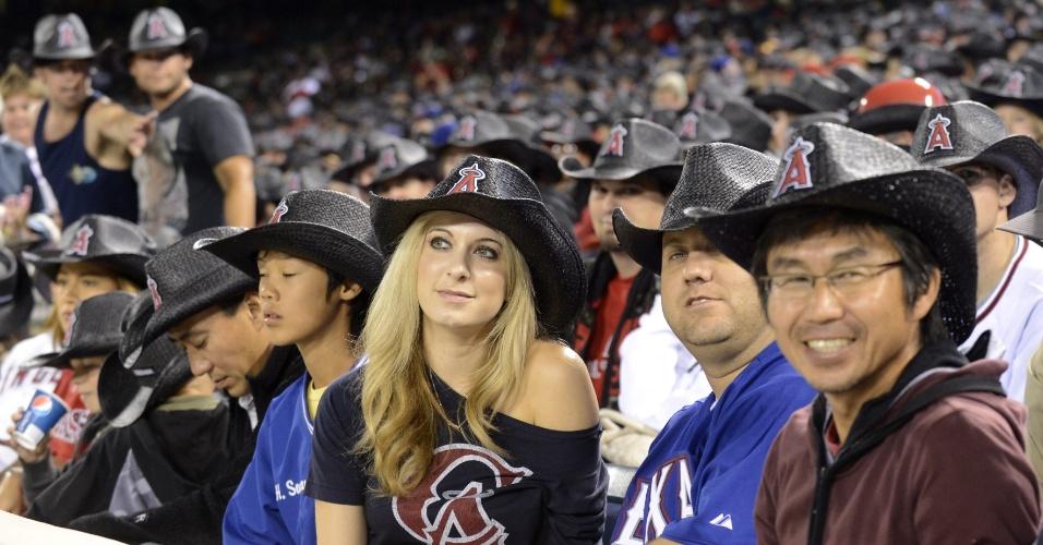 04.jun.2012 - Fãs de beisebol ajudam a bater o recorde do maior número de pessoas em um mesmo lugar usando o mesmo chapeu, durante jogo no estádio El Angel, em Anaheim, Califórnia (Estados Unidos)