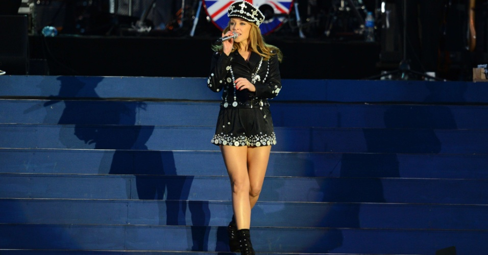 4.jun.2012 - A cantora australiana Kylie Minogue se apresenta no concerto no Pal&#225;cio de Buckingham pelo Jubileu de Diamante da rainha Elizabeth 2&#170;, em Londres