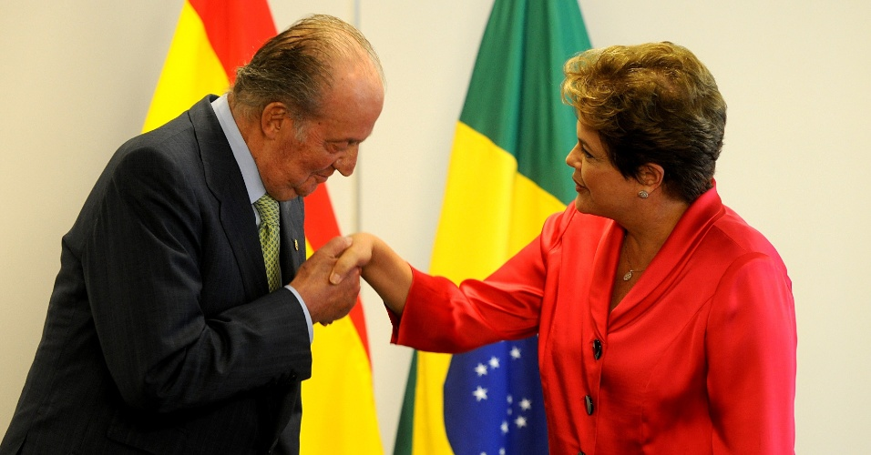 4.jun.2012 - O rei Juan Carlos beija a m&#227;o da presidente Dilma Rousseff durante audi&#234;ncia no Pal&#225;cio do Planalto, em Bras&#237;lia. O rei est&#225; no Brasil para uma visita oficial de um dia
