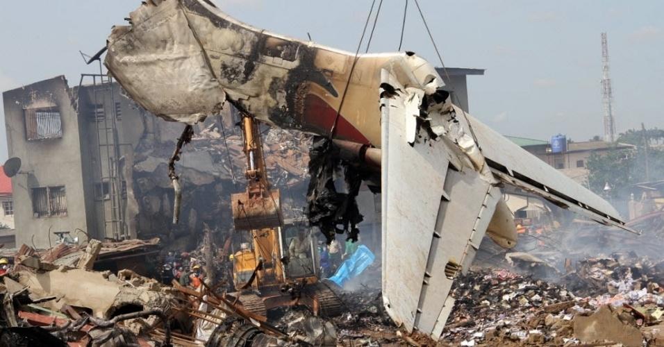 4.jun.2012 - Parte de avião que caiu domingo (3) na cidade de Lagos, na Nigéria, matando ao menos 150 passageiros