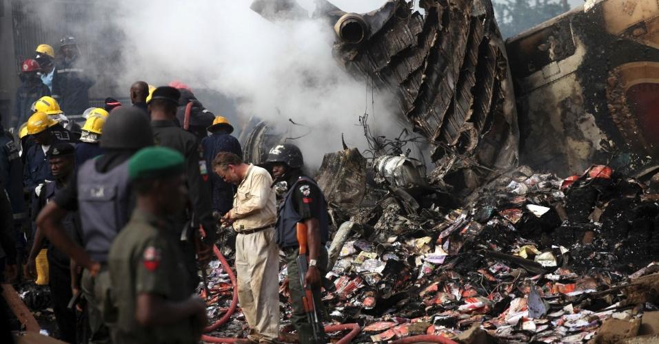 4.jun.2012 - Seguranças fazem patrulha na área onde um avião caiu domingo (3) em Lagos, na Nigéria, matando ao menos 150 pessoas