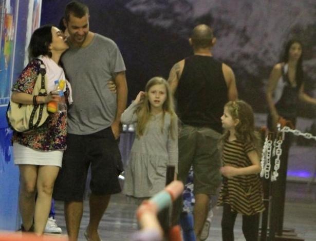 A atriz Alessandra Negrini passeia com o namorado, o fotógrafo João Wainer, e a filha (à dir.) em ringue de patinação (3/6/12)