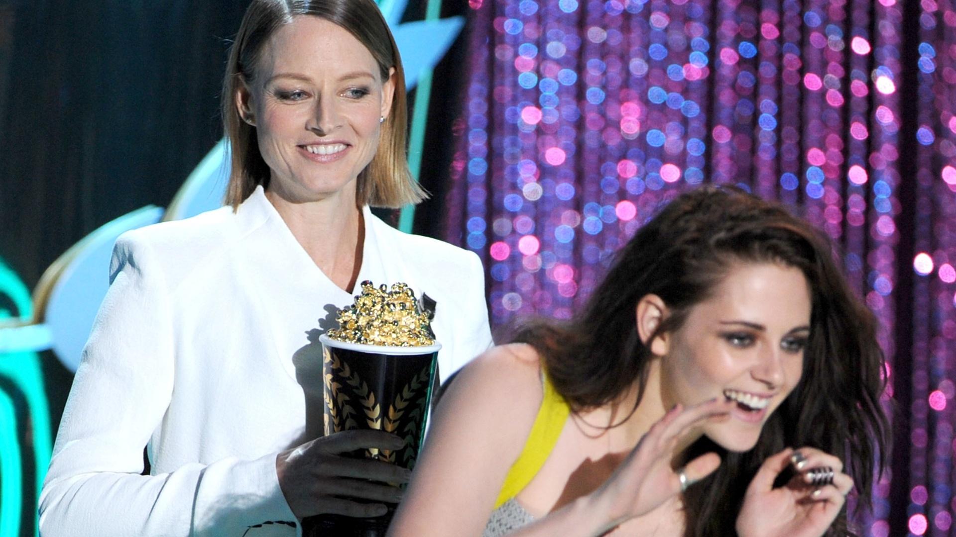 A atriz Kristen Stewart recebe o prêmio de melhor filme para