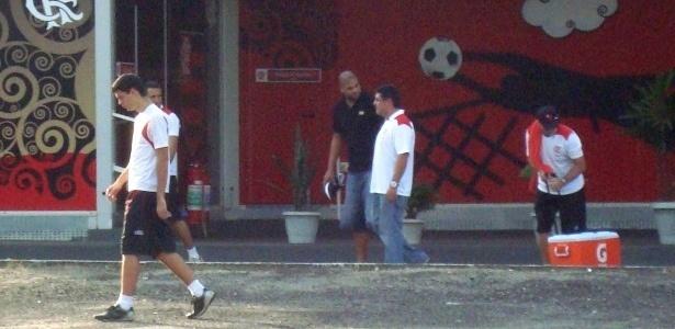 Adriano caminha pelo CT do Flamengo acompanhado de um médico do clube