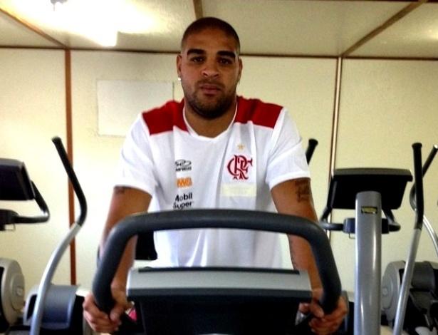 Adriano realiza exercício físico na bicicleta ergométrica do CT do Flamengo