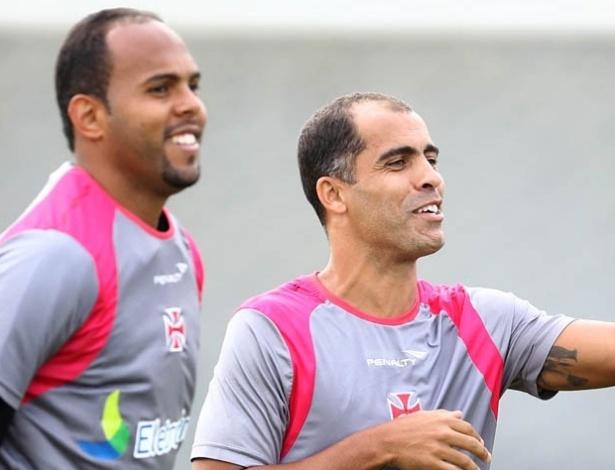 Alecsandro e Felipe se divertem durante treinamento do Vasco