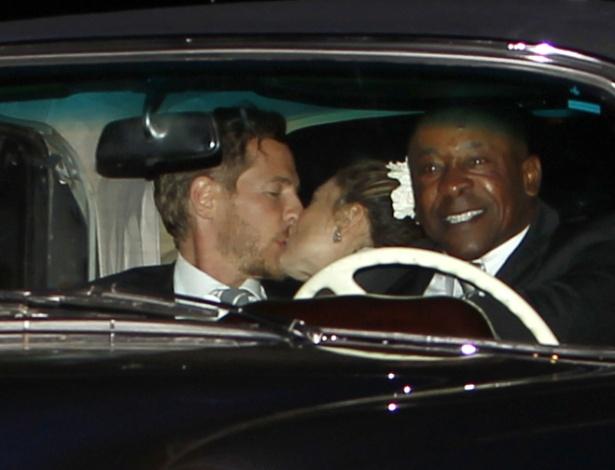 Atriz Drew Barrymore beija o noivo Will Kopelman após se casarem na Califórnia (2/6/12)
